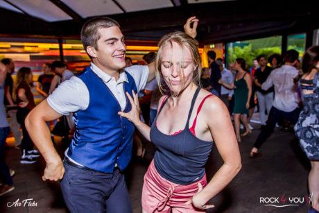Couple de danseurs dansant sur des musiques qu'ils aiment