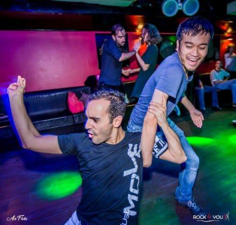 Apprendre à danser en rythme et claquer des doigts