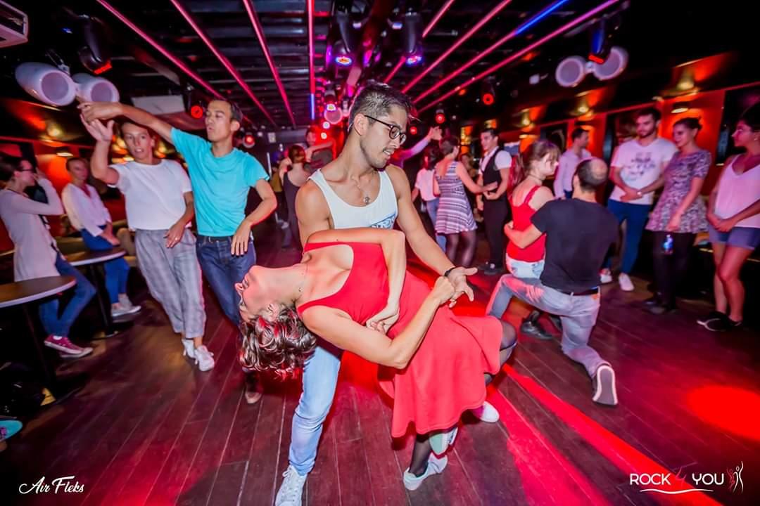 Couple exerçant un tombé de Rock 4 Temps, danse énergique et dynamique