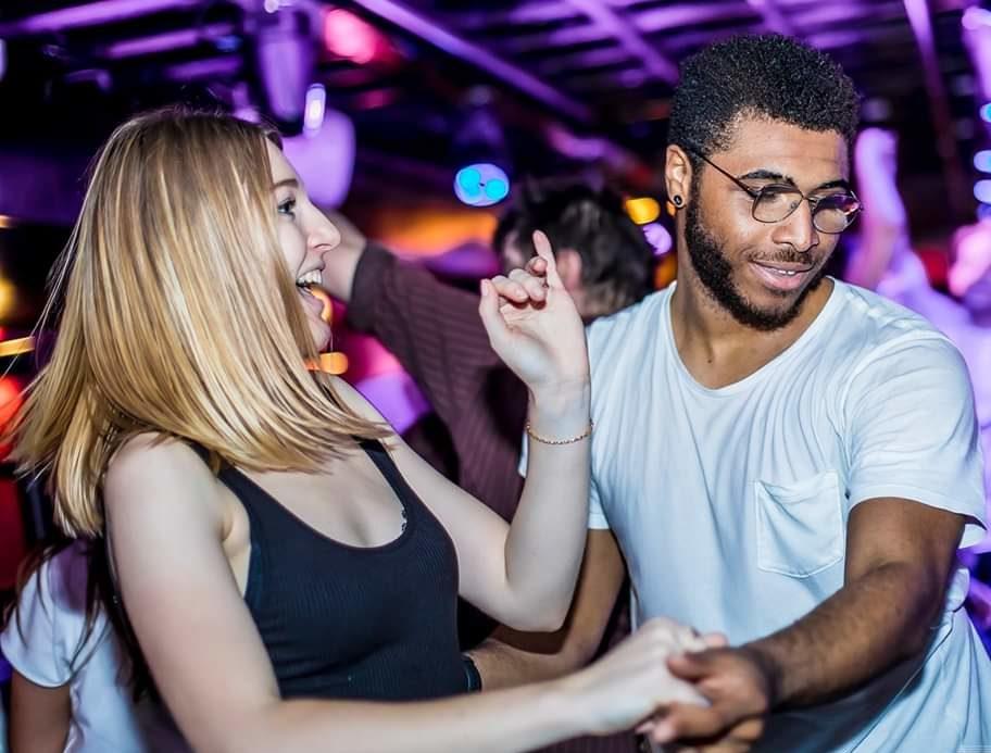 Un danseur guide une danseuse et danse mieux qu'elle, la surprenant