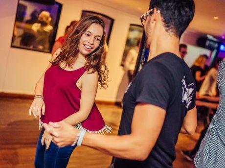 Superbe danseuse invitée par un danseur osant lui demander une danse