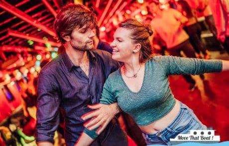Couple de danseurs dansant une danse de couple, autrement appelée danse de salon