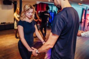 Couple de danseurs se tenant la main et dansant sur leur chanson préférée