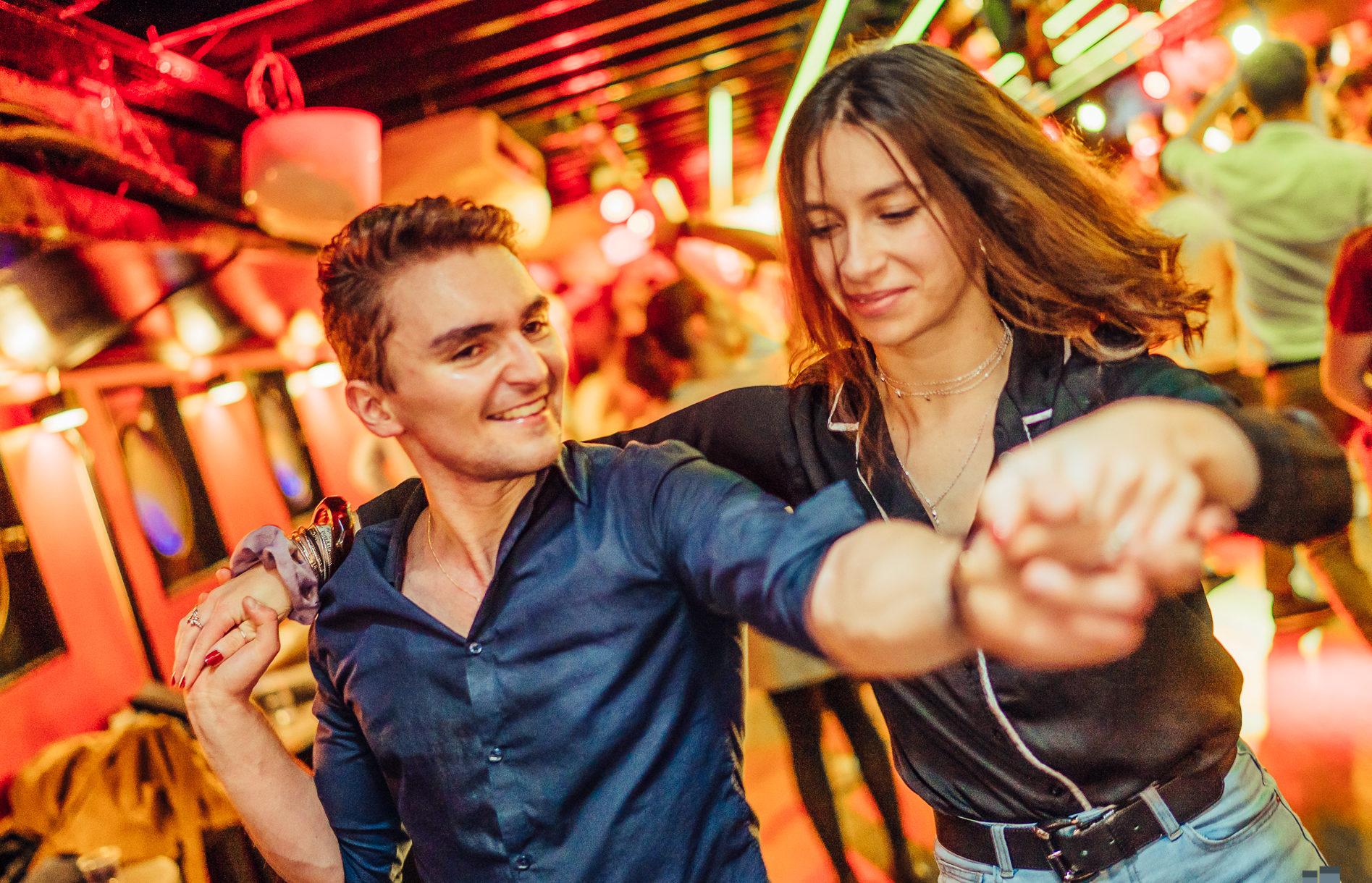 Couple de danse heureux de partager l'instant