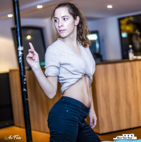 Femme seule apprenant à danser