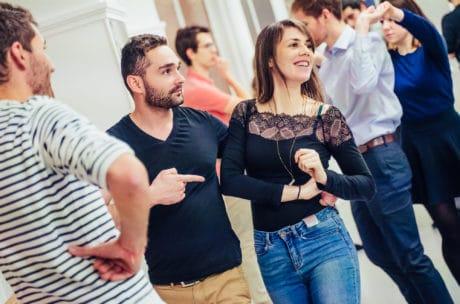 Elèves en cours de danse de couple en école de danse