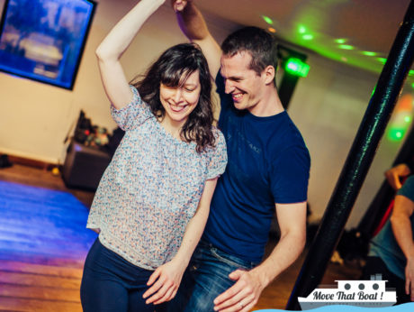 Apprendre a danser en boîte avec une fille