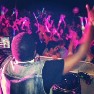 Apprendre à danser en boîte de nuit face à un DJ